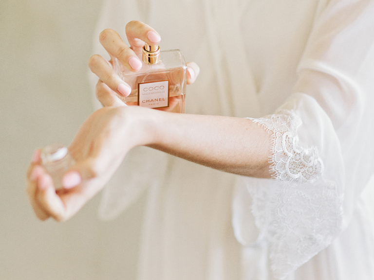How-to-Choose-Perfume-for-My-Wedding-Day-Photo-by-Amy-Arrington-Photography-via-TheKnot.com_
